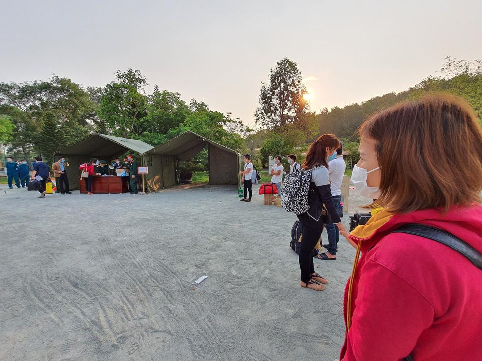 Lãnh đạo các địa phương Thừa Thiên Huế đón lao động ở Lào hết cách ly về nhà - Ảnh 8.