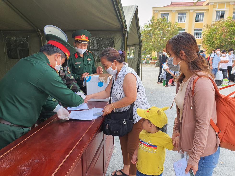 Lãnh đạo các địa phương Thừa Thiên Huế đón lao động ở Lào hết cách ly về nhà - Ảnh 2.