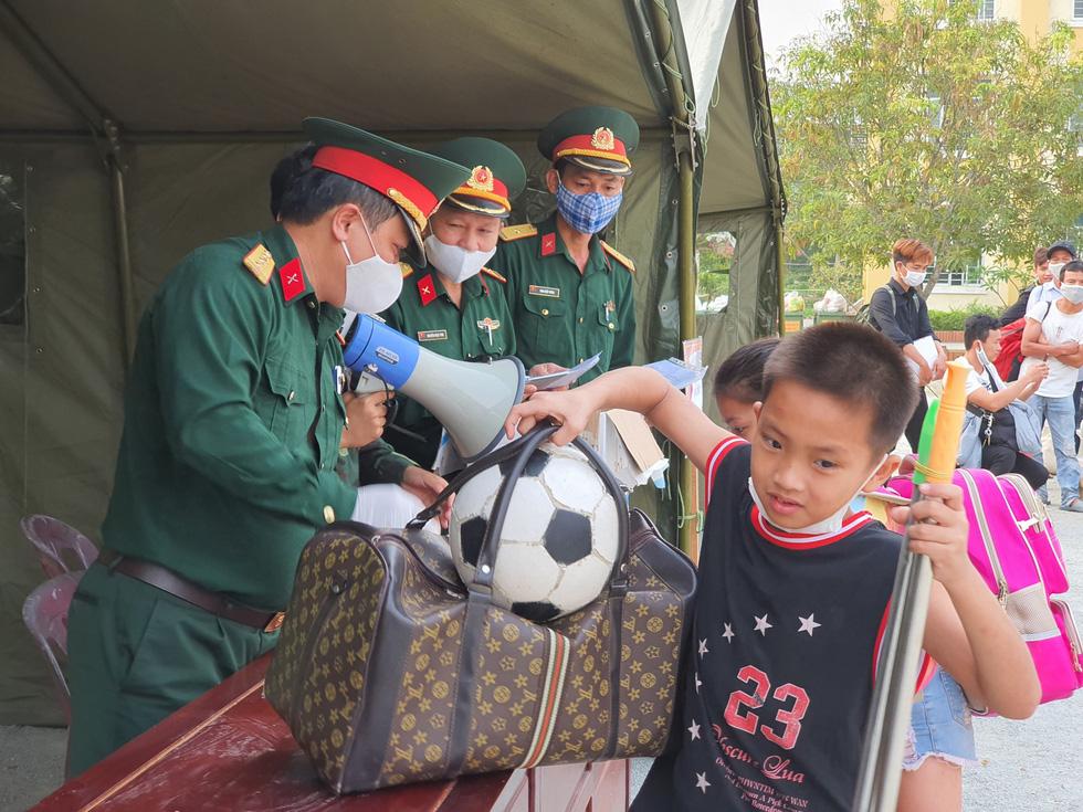 Lãnh đạo các địa phương Thừa Thiên Huế đón lao động ở Lào hết cách ly về nhà - Ảnh 3.