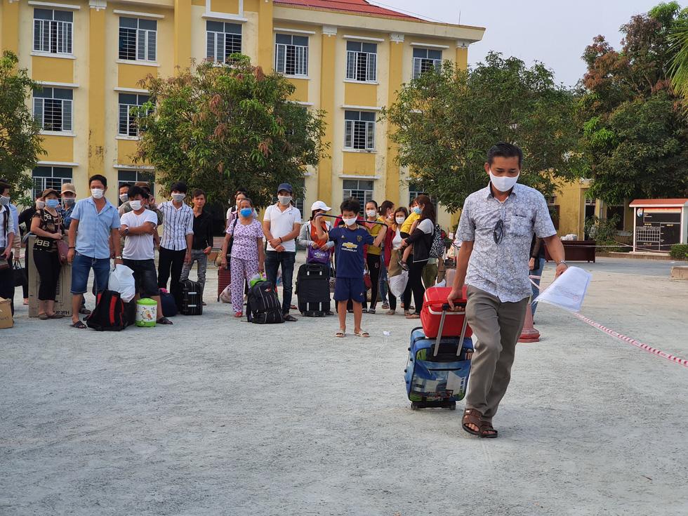 Lãnh đạo các địa phương Thừa Thiên Huế đón lao động ở Lào hết cách ly về nhà - Ảnh 4.