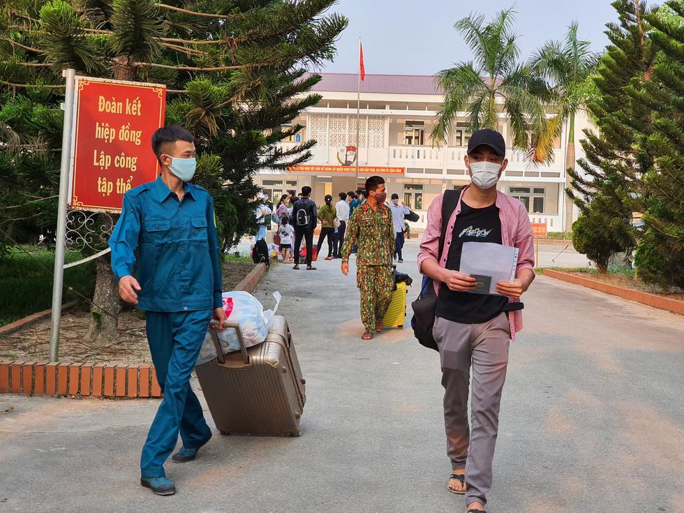 Lãnh đạo các địa phương Thừa Thiên Huế đón lao động ở Lào hết cách ly về nhà - Ảnh 5.