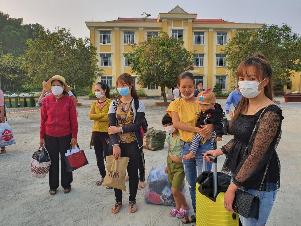 Lãnh đạo các địa phương Thừa Thiên Huế đón lao động ở Lào hết cách ly về nhà - Ảnh 6.