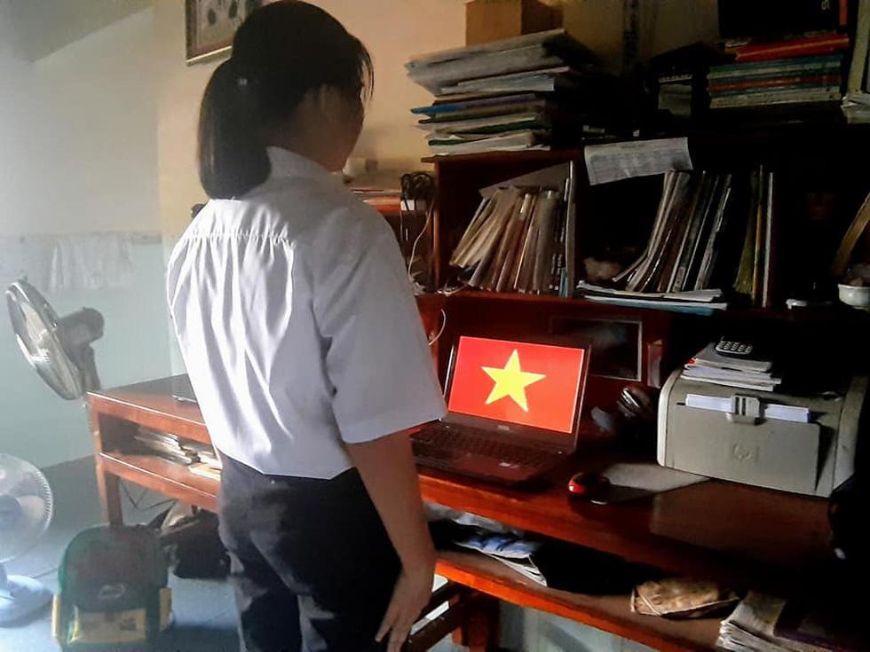 Học sinh đồng loạt chào cờ trực tuyến sáng đầu tuần - Ảnh 4.