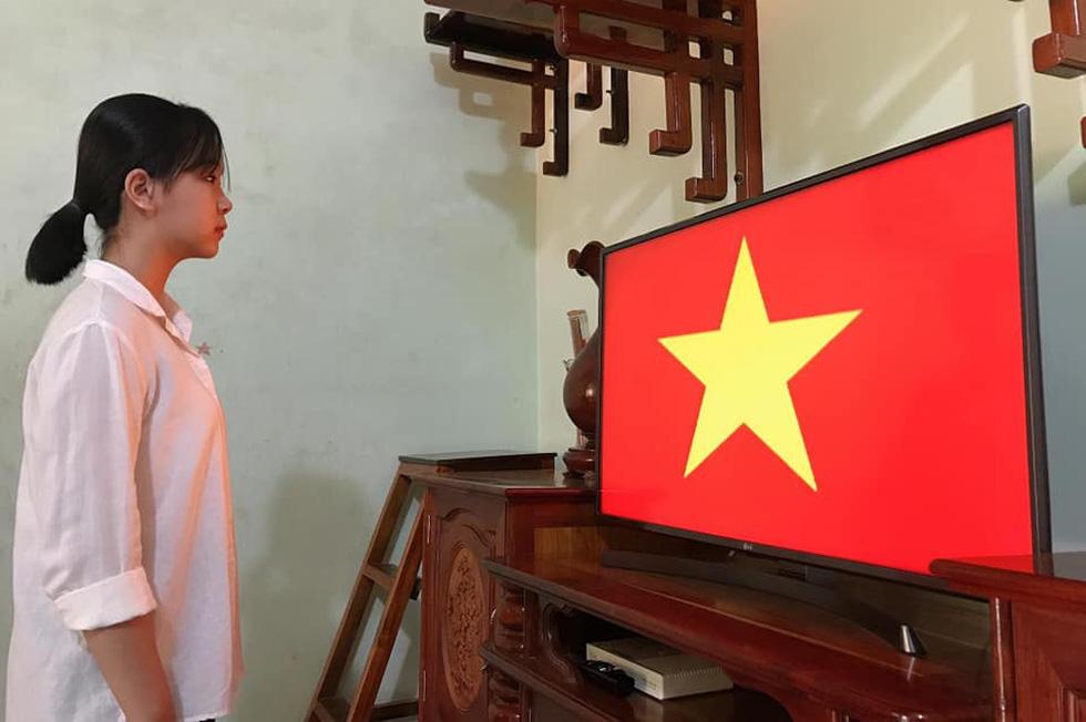 Học sinh đồng loạt chào cờ trực tuyến sáng đầu tuần - Ảnh 1.