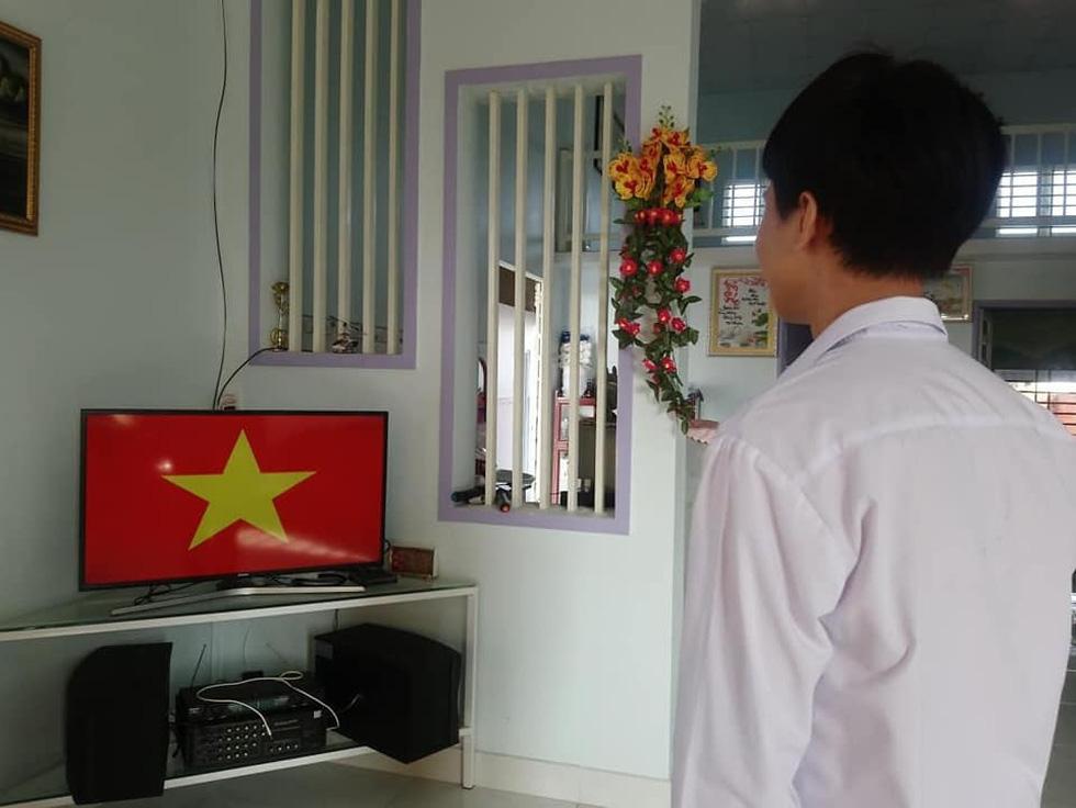 Học sinh đồng loạt chào cờ trực tuyến sáng đầu tuần - Ảnh 8.