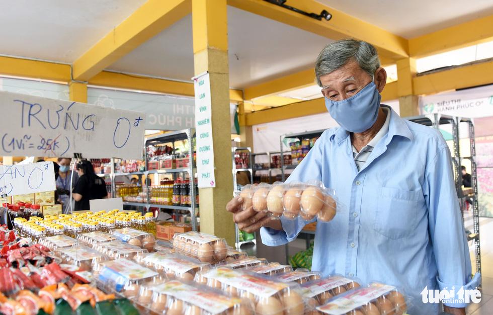 Tôi đã bật khóc ở siêu thị 0 đồng của người Sài Gòn - Ảnh 1.