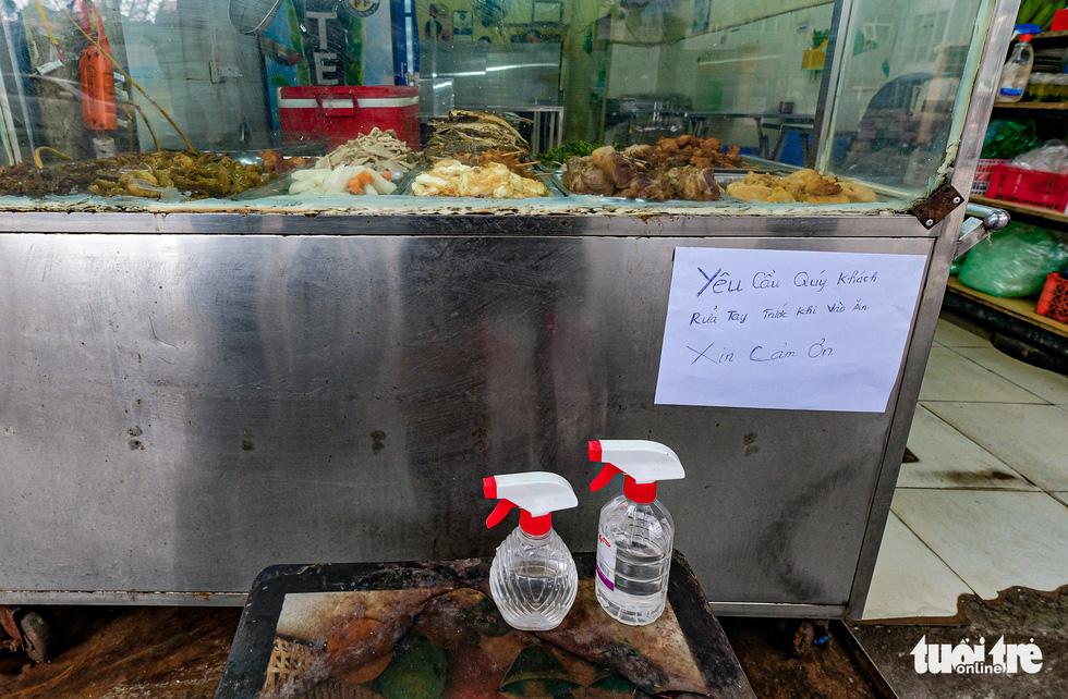 Quán cơm, xe buýt ở Hà Nội mở cửa đón khách hậu cách ly ra sao? - Ảnh 2.