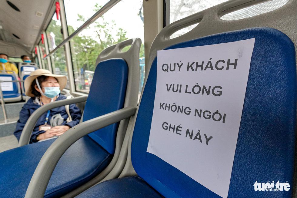 Quán cơm, xe buýt ở Hà Nội mở cửa đón khách hậu cách ly ra sao? - Ảnh 5.