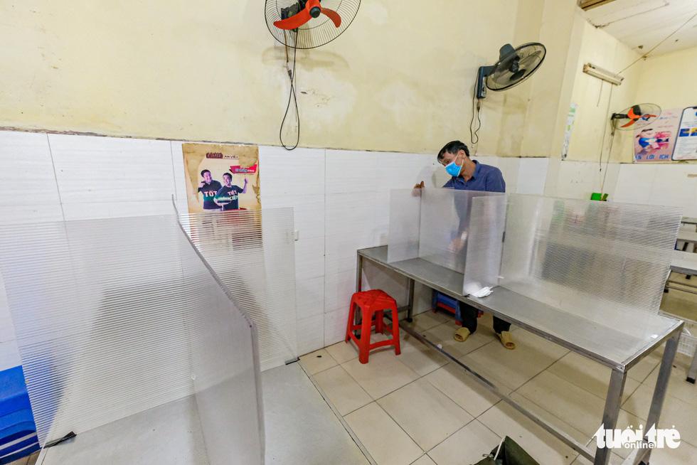 Quán cơm, xe buýt ở Hà Nội mở cửa đón khách hậu cách ly ra sao? - Ảnh 3.