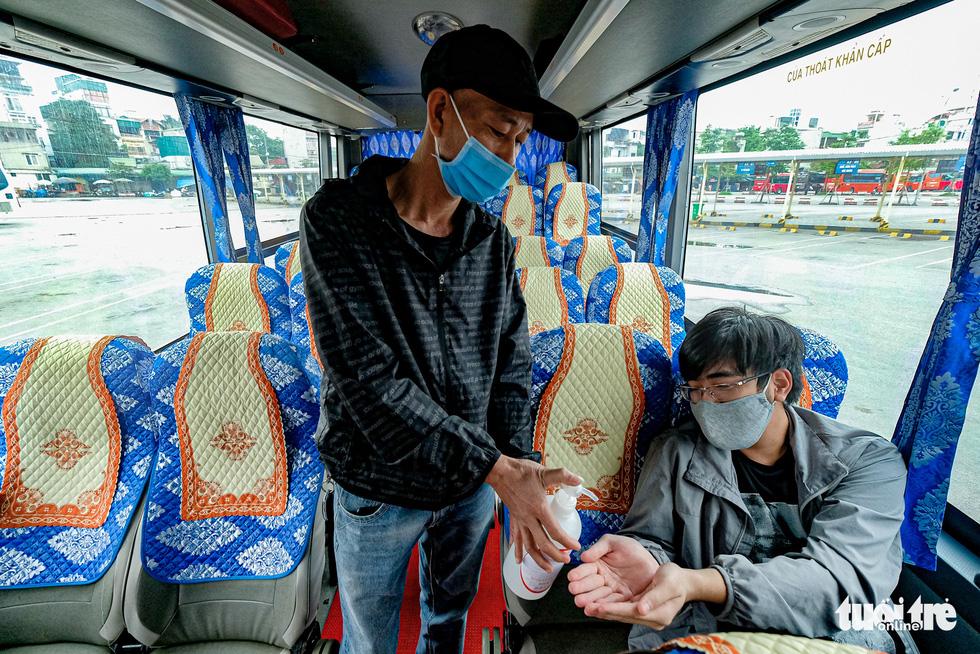 Quán cơm, xe buýt ở Hà Nội mở cửa đón khách hậu cách ly ra sao? - Ảnh 7.