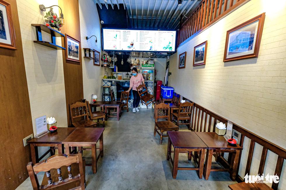 Quán cơm, xe buýt ở Hà Nội mở cửa đón khách hậu cách ly ra sao? - Ảnh 4.