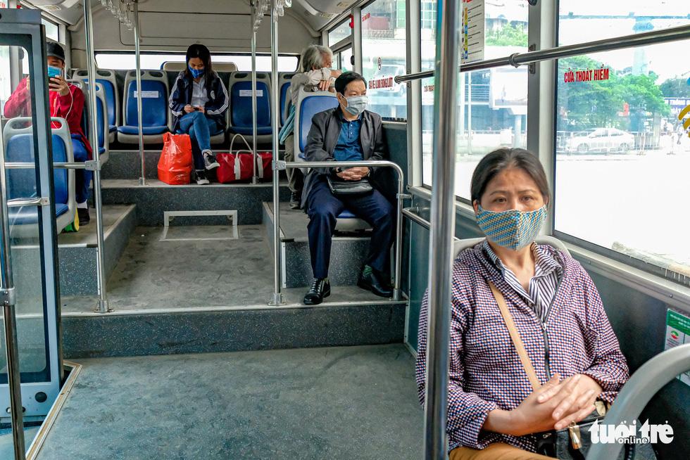 Quán cơm, xe buýt ở Hà Nội mở cửa đón khách hậu cách ly ra sao? - Ảnh 6.