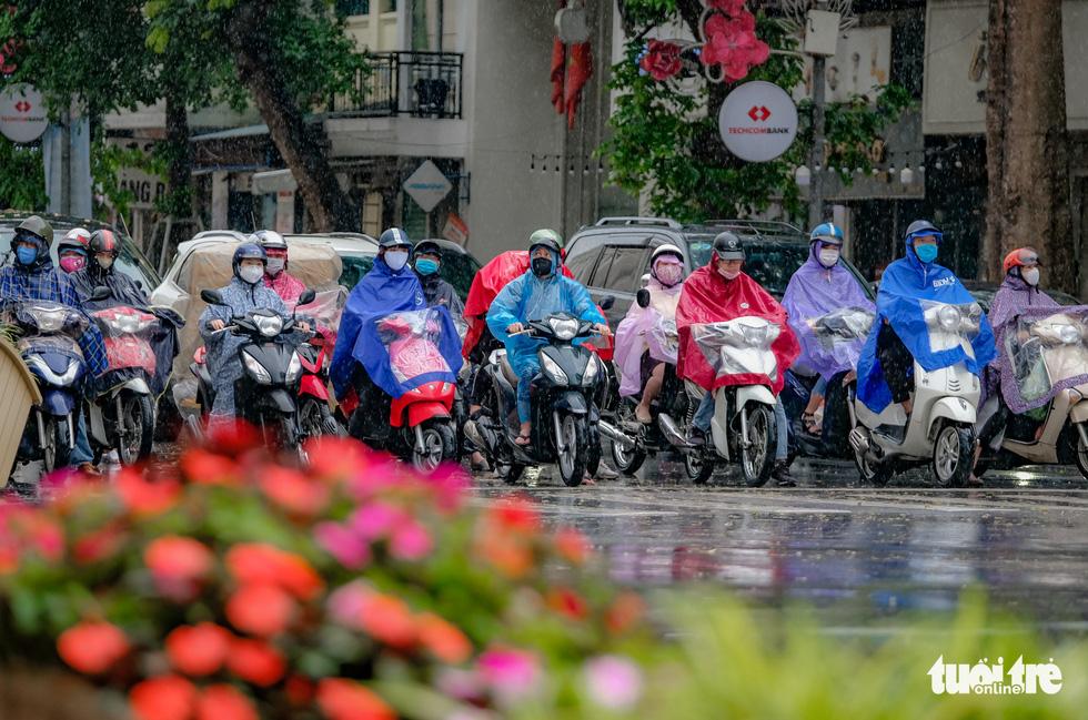 Hàng quán tại Hà Nội mở lại, lực lượng chức năng liên tục đi kiểm tra - Ảnh 9.