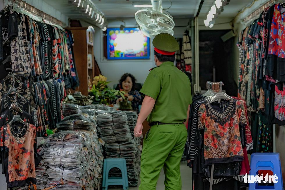 Hàng quán tại Hà Nội mở lại, lực lượng chức năng liên tục đi kiểm tra - Ảnh 5.