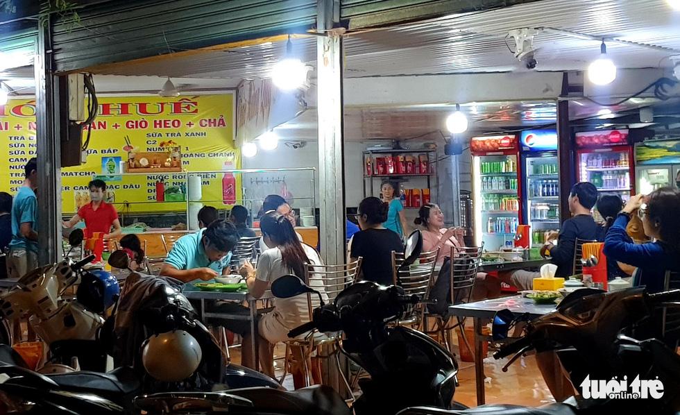 Đêm đầu nới lỏng, hàng quán Sài Gòn sáng đèn, đông vui, bán hết sớm - Ảnh 2.