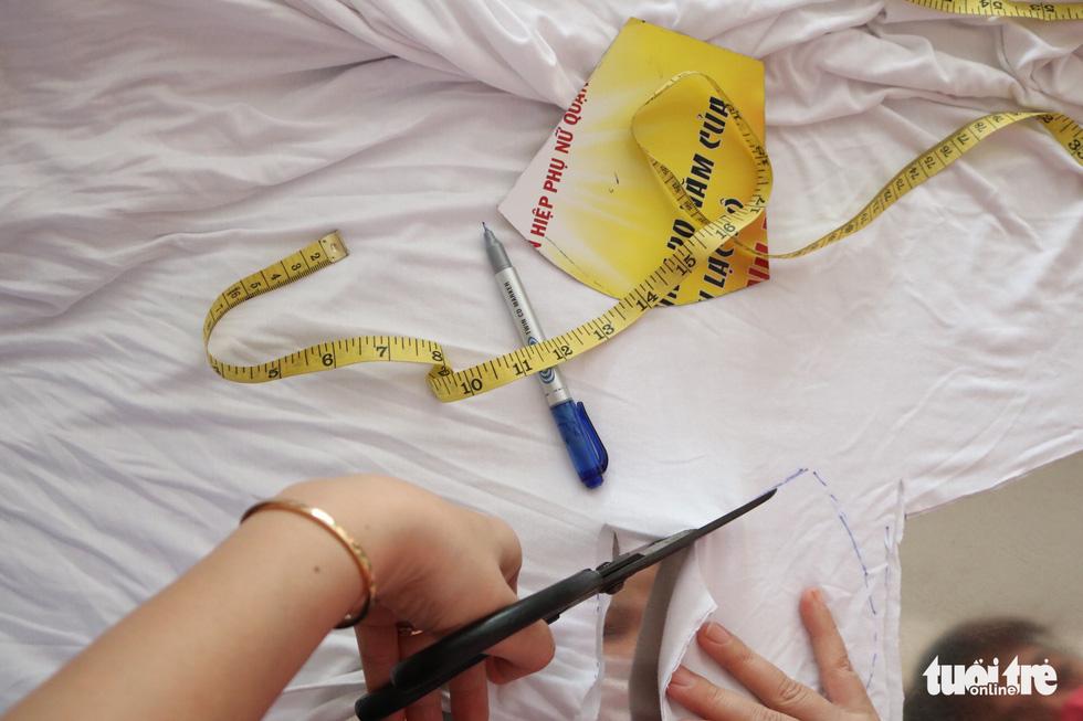 Hội phụ nữ phường sáng tạo khẩu trang kèm tấm chắn giọt bắn - Ảnh 3.