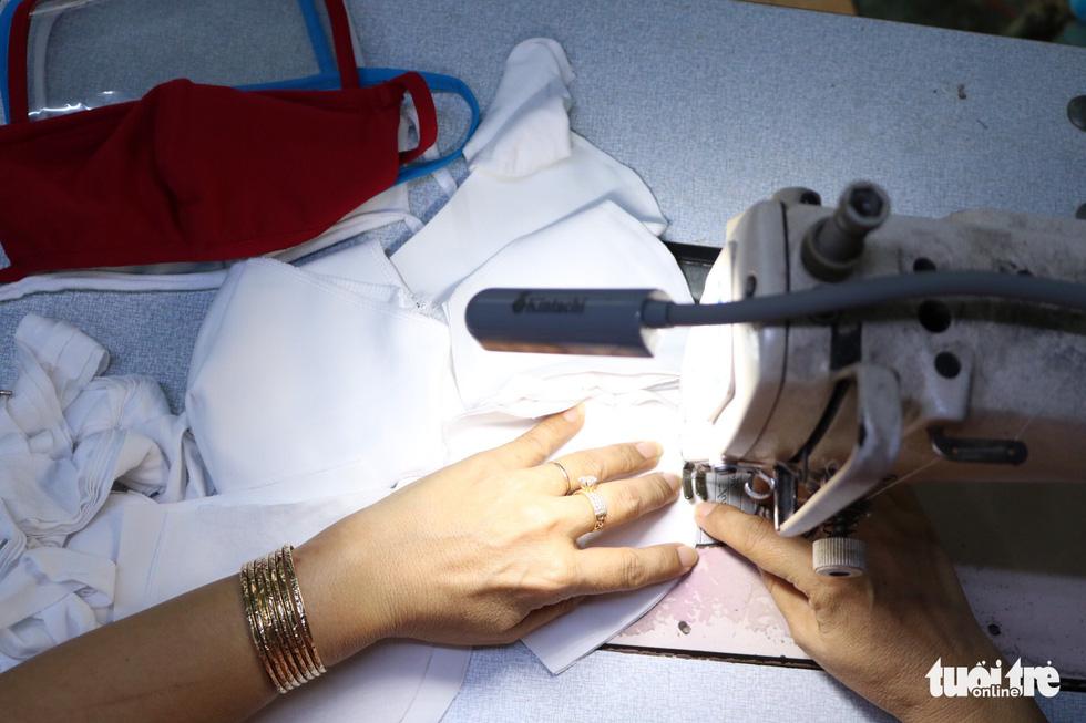 Hội phụ nữ phường sáng tạo khẩu trang kèm tấm chắn giọt bắn - Ảnh 7.