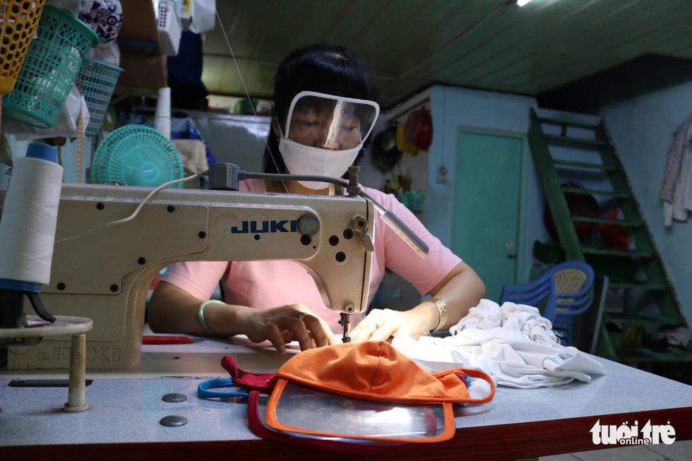 Hội phụ nữ phường sáng tạo khẩu trang kèm tấm chắn giọt bắn - Ảnh 5.