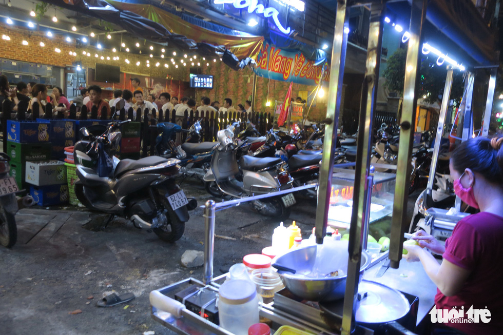 Đêm đầu nới lỏng, hàng quán Sài Gòn sáng đèn, đông vui, bán hết sớm - Ảnh 3.