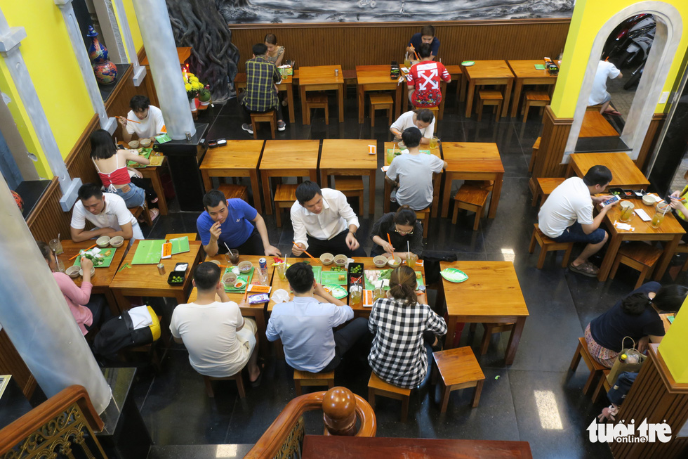Đêm đầu nới lỏng, hàng quán Sài Gòn sáng đèn, đông vui, bán hết sớm - Ảnh 4.