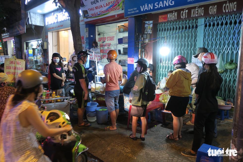 Đêm đầu nới lỏng, hàng quán Sài Gòn sáng đèn, đông vui, bán hết sớm - Ảnh 1.
