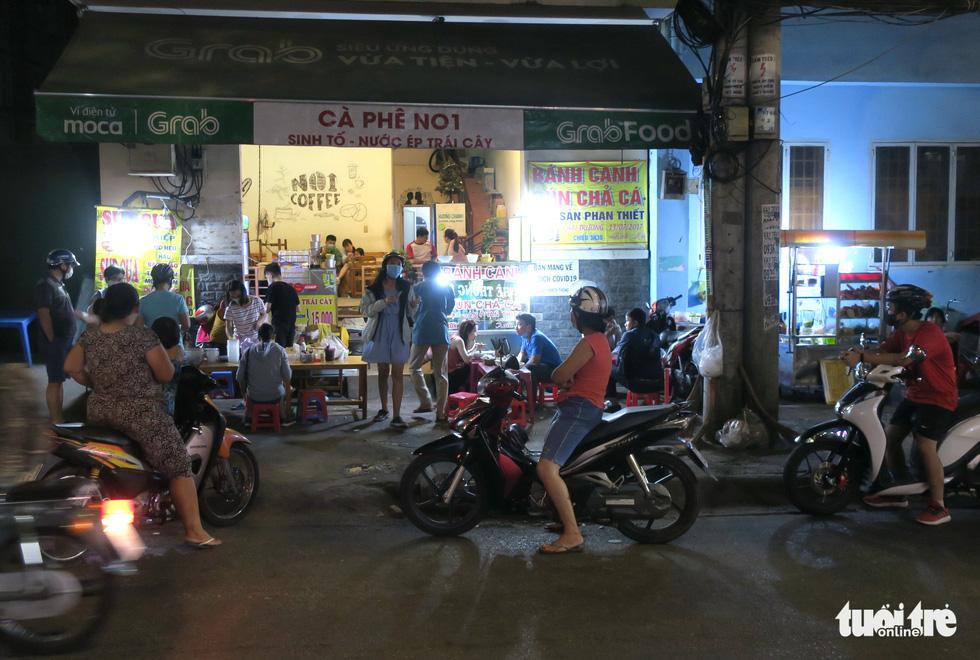 Đêm đầu nới lỏng, hàng quán Sài Gòn sáng đèn, đông vui, bán hết sớm - Ảnh 6.