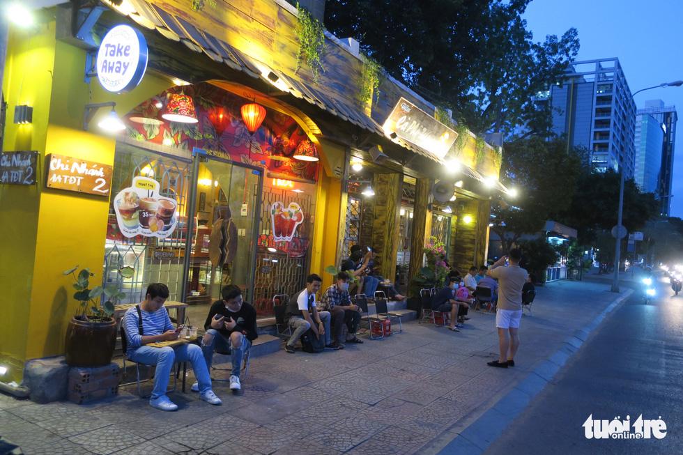 Đêm đầu nới lỏng, hàng quán Sài Gòn sáng đèn, đông vui, bán hết sớm - Ảnh 7.
