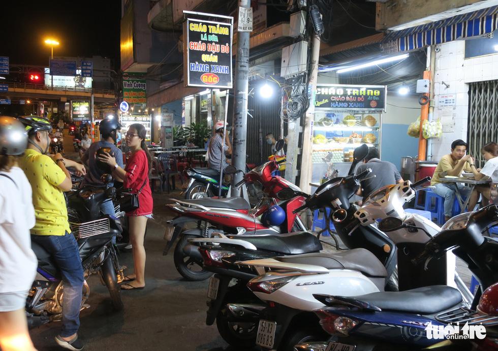 Đêm đầu nới lỏng, hàng quán Sài Gòn sáng đèn, đông vui, bán hết sớm - Ảnh 8.