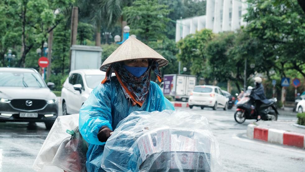 Nay được ra đường, tôi lại đi nhặt rác, mưa cũng phải cố - Ảnh 1.