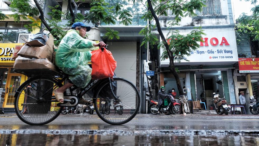 Nay được ra đường, tôi lại đi nhặt rác, mưa cũng phải cố - Ảnh 3.