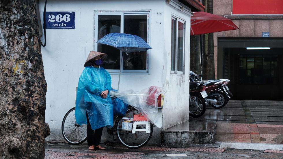 Nay được ra đường, tôi lại đi nhặt rác, mưa cũng phải cố - Ảnh 4.