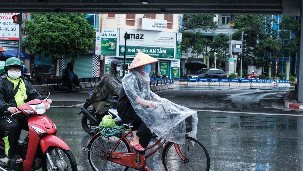 Nay được ra đường, tôi lại đi nhặt rác, mưa cũng phải cố - Ảnh 5.