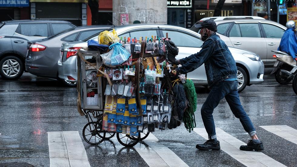 Nay được ra đường, tôi lại đi nhặt rác, mưa cũng phải cố - Ảnh 9.