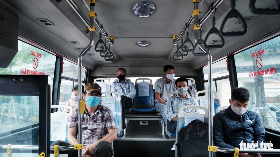 Xe buýt Hà Nội lưa thưa khách sau thời gian cách ly xã hội - Ảnh 1.