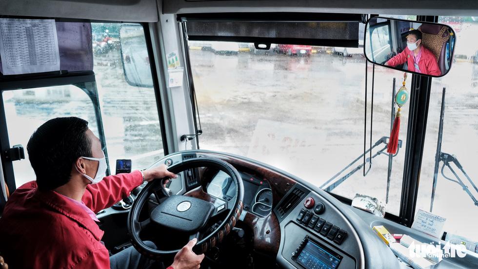 Xe buýt Hà Nội lưa thưa khách sau thời gian cách ly xã hội - Ảnh 3.