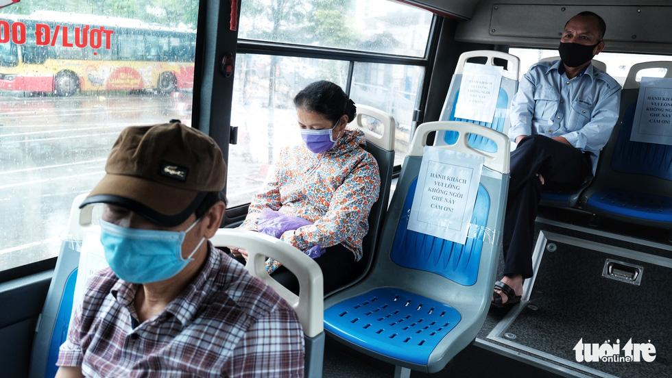 Xe buýt Hà Nội lưa thưa khách sau thời gian cách ly xã hội - Ảnh 4.
