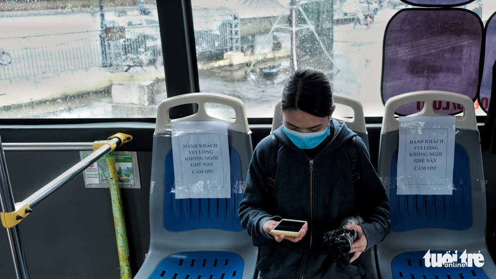 Xe buýt Hà Nội lưa thưa khách sau thời gian cách ly xã hội - Ảnh 7.