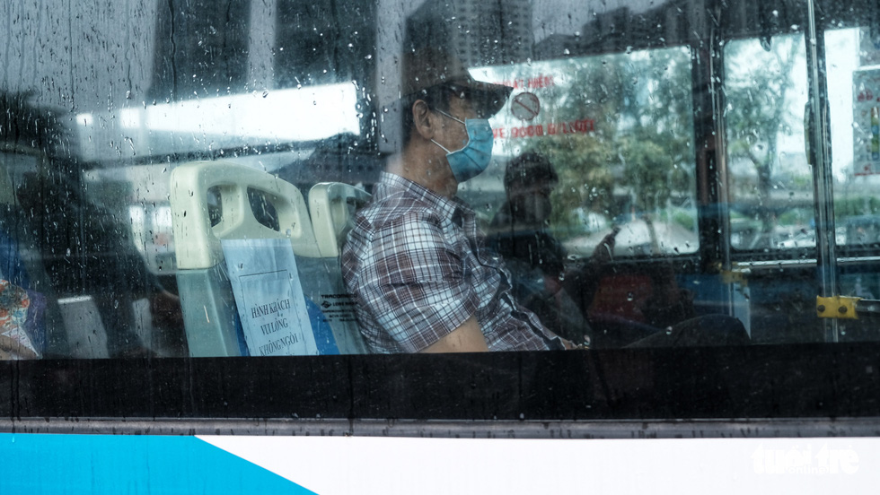 Xe buýt Hà Nội lưa thưa khách sau thời gian cách ly xã hội - Ảnh 9.