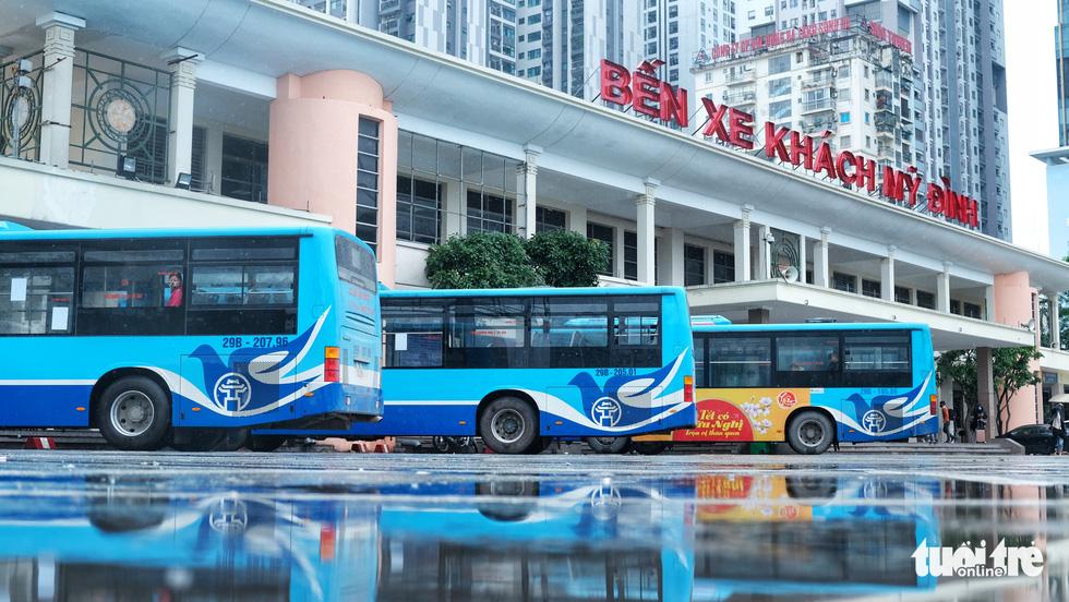 Xe buýt Hà Nội lưa thưa khách sau thời gian cách ly xã hội - Ảnh 8.