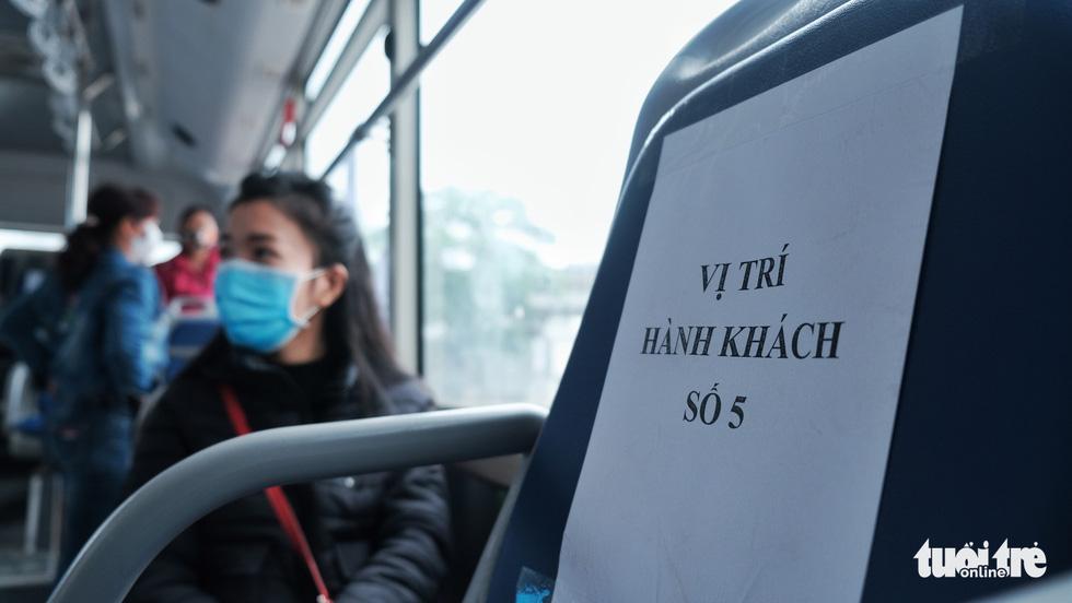 Xe buýt Hà Nội lưa thưa khách sau thời gian cách ly xã hội - Ảnh 5.