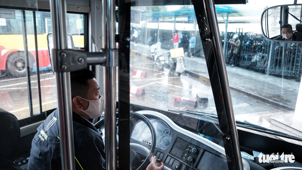 Xe buýt Hà Nội lưa thưa khách sau thời gian cách ly xã hội - Ảnh 6.