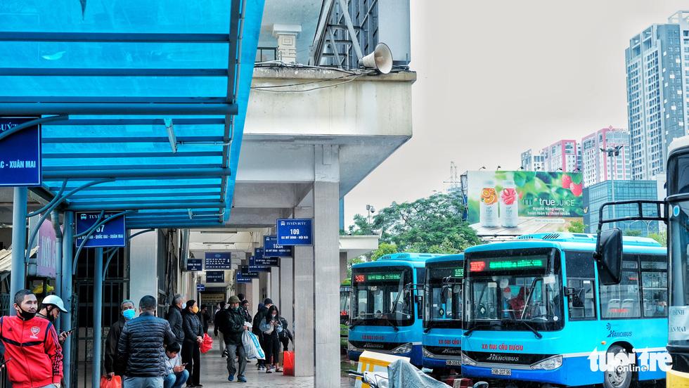 Xe buýt Hà Nội lưa thưa khách sau thời gian cách ly xã hội - Ảnh 2.