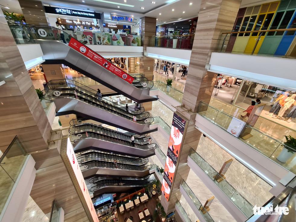 Các trung tâm thương mại TP.HCM mở cửa, dân rục rịch đi mua sắm - Ảnh 9.