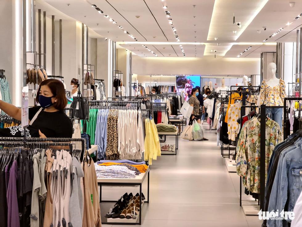 Các trung tâm thương mại TP.HCM mở cửa, dân rục rịch đi mua sắm - Ảnh 5.