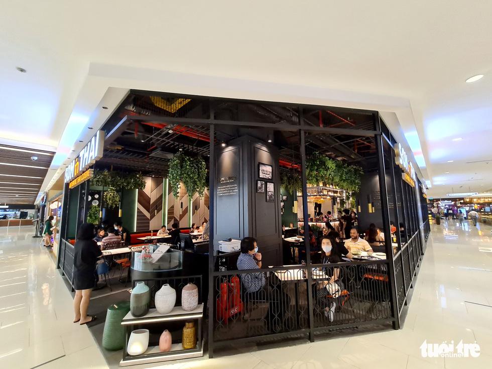 Các trung tâm thương mại TP.HCM mở cửa, dân rục rịch đi mua sắm - Ảnh 12.