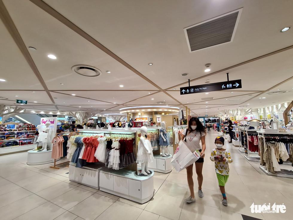 Các trung tâm thương mại TP.HCM mở cửa, dân rục rịch đi mua sắm - Ảnh 2.