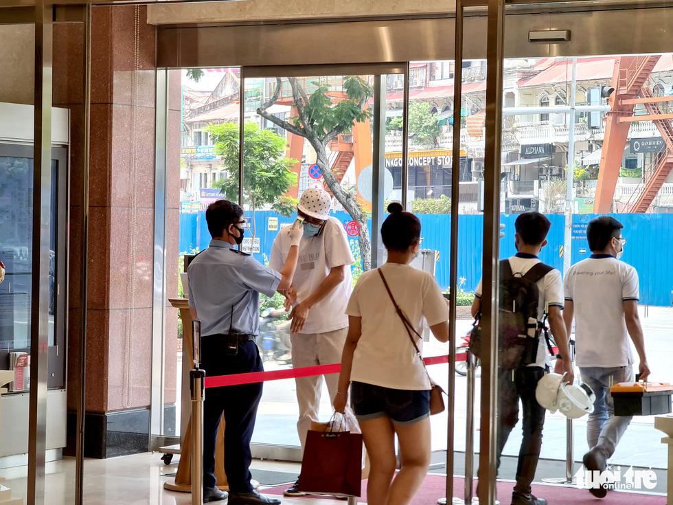 Các trung tâm thương mại TP.HCM mở cửa, dân rục rịch đi mua sắm - Ảnh 1.