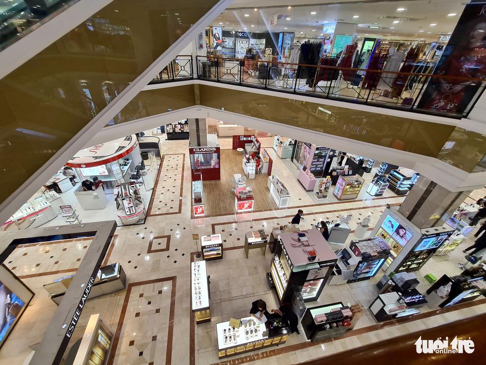 Các trung tâm thương mại TP.HCM mở cửa, dân rục rịch đi mua sắm - Ảnh 6.