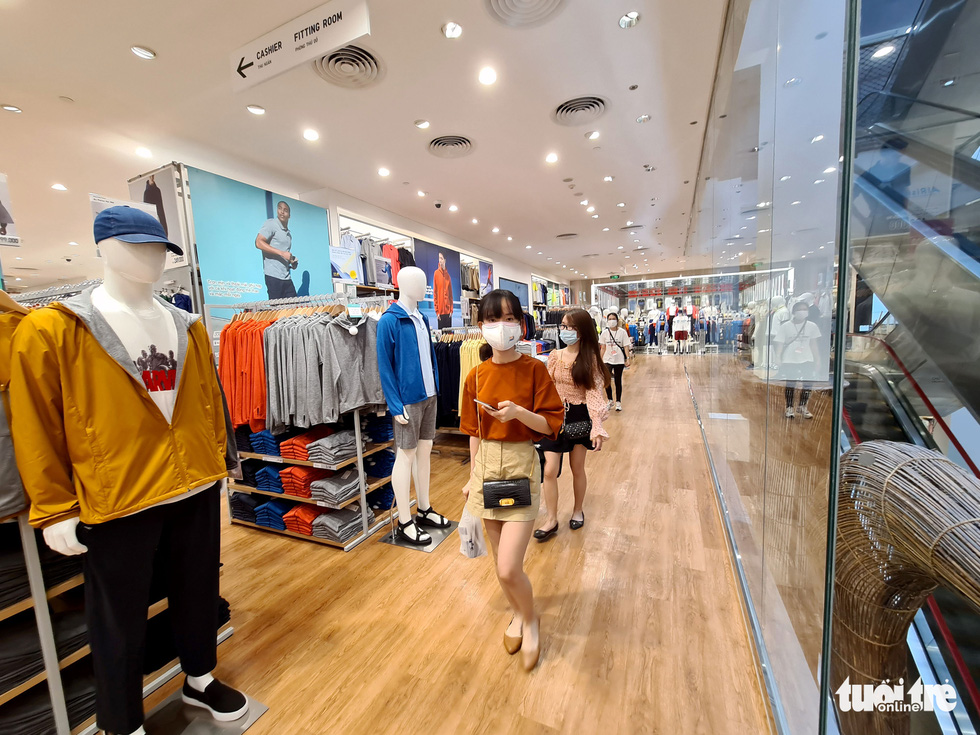 Các trung tâm thương mại TP.HCM mở cửa, dân rục rịch đi mua sắm - Ảnh 8.