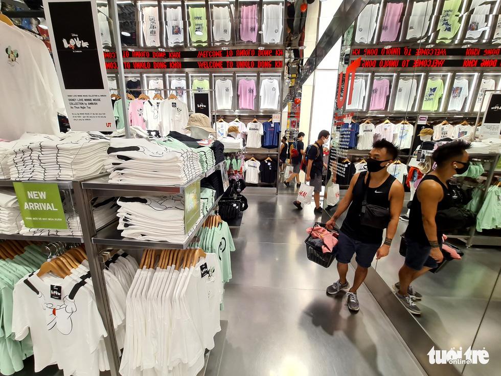 Các trung tâm thương mại TP.HCM mở cửa, dân rục rịch đi mua sắm - Ảnh 4.